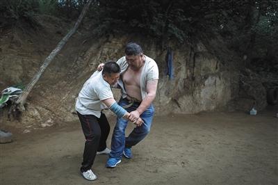 6月19日,李刚每隔两三天就会去山上和一些柔道摔交喜好者训练,他们有本人的微信群,有空就约着一同练练。