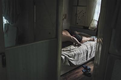 6月18日,李刚的儿子,23岁体重300多斤,在测验了几回找事情失利后,如今的他简直天天躺在家中。