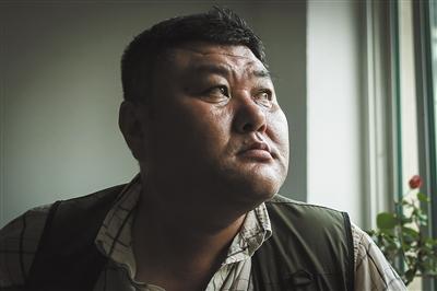 6月18日,李刚母亲家中,说原由于本人的事件,形成母亲和孩儿如今为难的生计困境,李刚的眼睛红了。