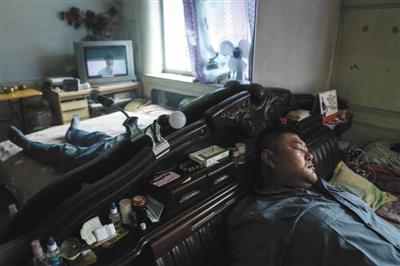 摆摊至更阑的李刚,早5点又上山训练,回抵家后,怠倦的他看着电视就睡着了。