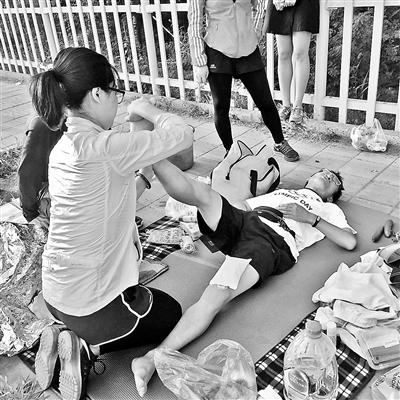 刘中杰肌肉拉伤正在接受紧急处理 供图/莎莎