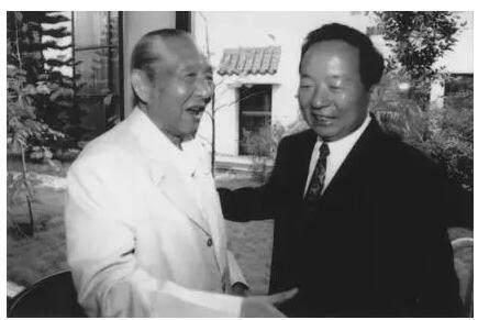 1992年,受党中央、国务院委托,田纪云赴深圳看望习仲勋