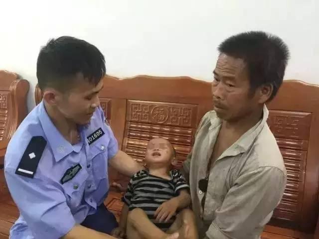 据悉,6月19日发布寻人消息后,20日下午藤县公安局官方微信发布消息称,小男孩已经找到:家长中了人贩子的阴谋,孩子竟是在家中被强行抱走的。图为小宇被找回。