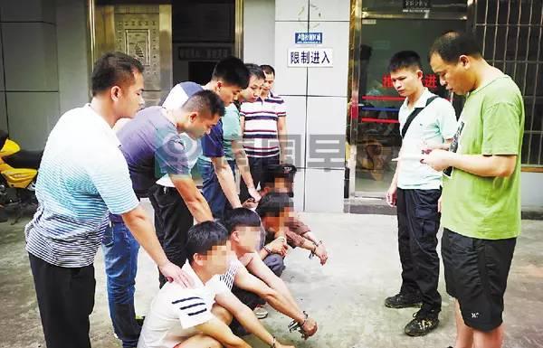 6月20日凌晨3时许,经过梧州、藤县两地警方多点出击,在广东、梧州、苍梧、藤县等地将其余4名嫌疑人抓获,成功解救出小宇。警方查明,之前雇请小宇父亲的人,是嫌疑人的同伙。图为5名犯罪嫌疑人被抓获。。