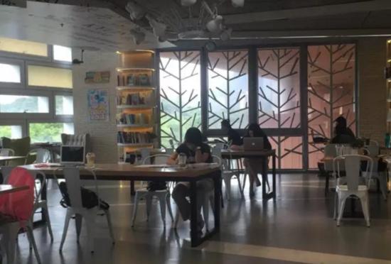 南科大书吧里的学生。