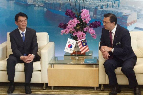 资料图:韩国土地、基础建设及交通部长姜镐人与马来西亚交通部长廖中莱会晤
