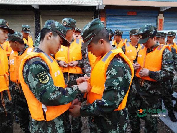 原文配图:参与抗洪救灾的武警官兵。