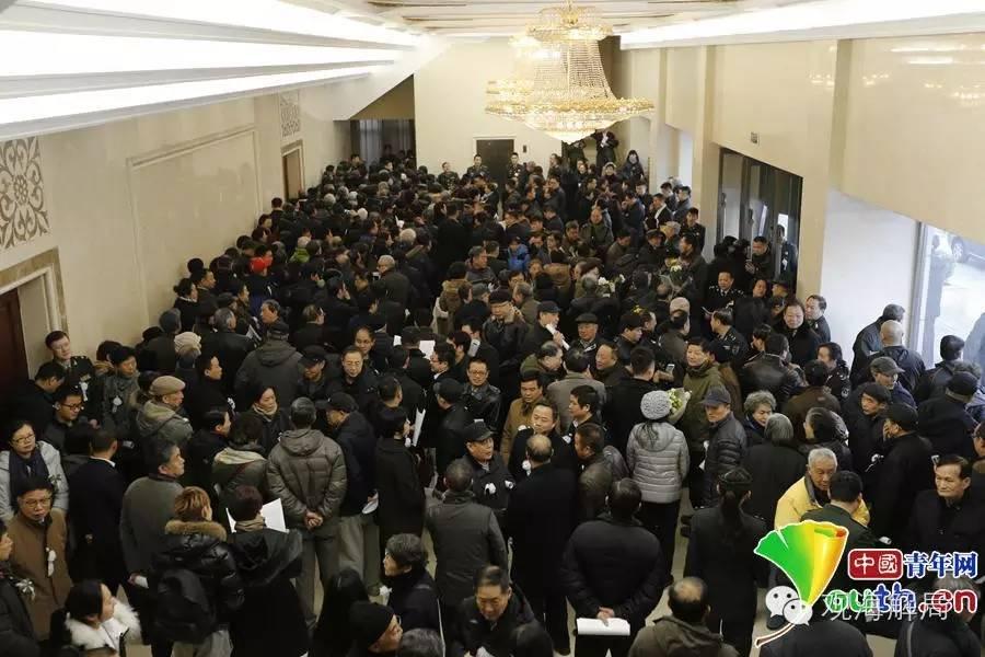 送别的人群挤满告别厅