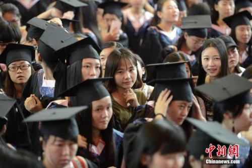 """材料图:6月16日,湖南男子学院为2016届结业生举行了谨慎的结业典礼,欢迎数千余名女结业生奔赴四面八方。结业典礼上除了出色的演讲,泛滥""""高颜值""""女结业生也非常抢眼。 杨华峰 摄"""