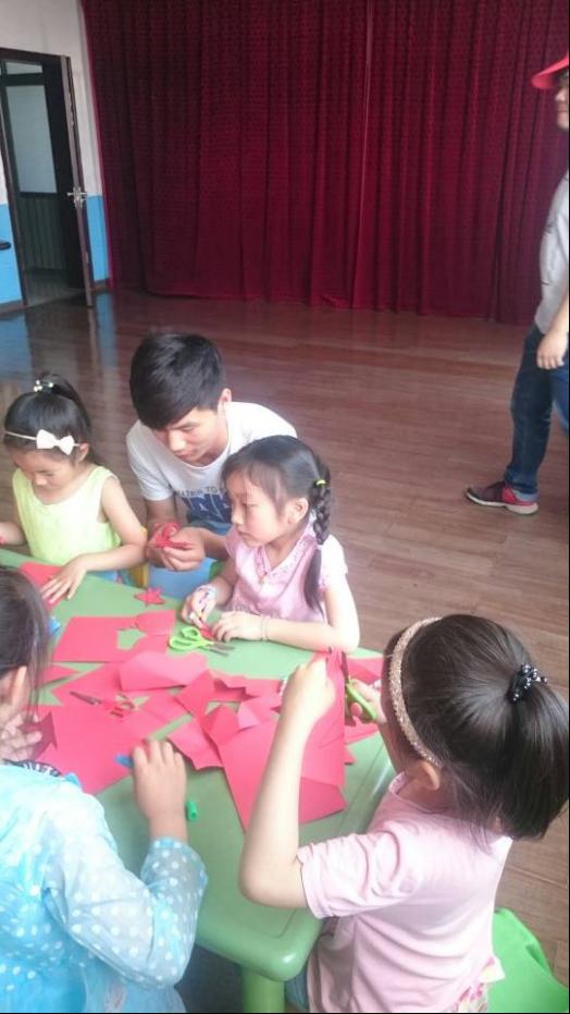 其次,做一些有趣的小游戏,让孩子们在游戏中明白五角星对于中国人的意义。接下来,为了纪念潘冬子勇敢对抗地主胡汉三的事迹,教孩子们唱红歌《闪闪的红星》,发扬红军精神,在坚持中为自己的未来奋斗。最后, 对孩子们发一些小礼物。其中包括十二支为一筒的铅笔,一筒五元。共三十筒。其次是找出五个家庭比较困难的五位孩子,给他们发放文具盒,共五盒,一盒十元。为孩子们营造一个良好的生活学习环境。同时在岔口村树起爱心支教的旗帜,带动更多的同学投入到今后的爱心活动中,提高支教同学的综合素质,给大家一个展示爱的机会,也是对同学们意志的一个挑战。