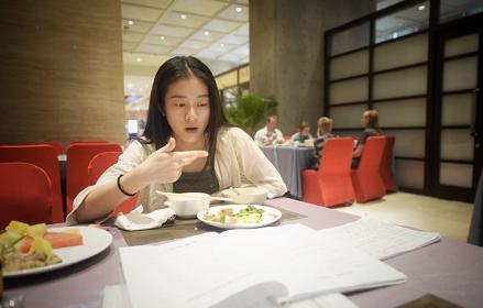 记者知道到,本年北京艺术类本科登科掌握分数线是346,依照张雪迎今朝的成果,报考地方戏曲学院掌控比拟大。雪迎生意人示意,雪迎本年的目的也是报考地方戏曲学院。