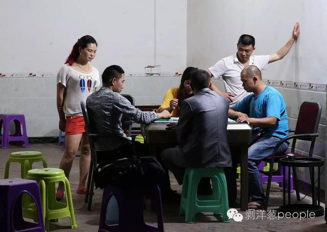 2016年6月17日,云南昭通盐津县庙坝镇。人们正在麻将馆打麻将。新京报记者 尹亚飞 摄