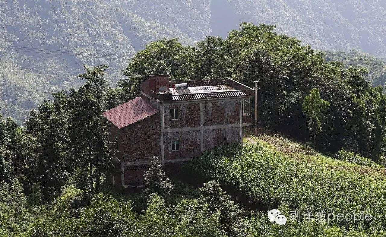 2016年6月16日,云南昭通盐津县庙坝镇石笋村,第一被告艾汪全2012年建的两层小楼,独自建在一个小山头上。 新京报记者 尹亚飞 摄