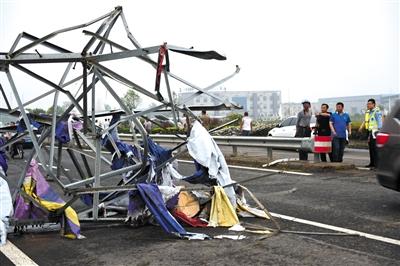 阜宁县一铁塔被龙卷风吹倒。