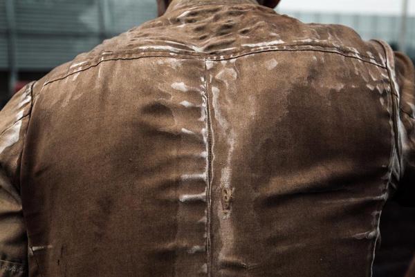 一位工友的后背上布满了汗水留下的痕迹。