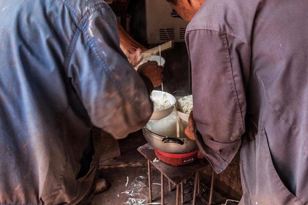 为了省钱,工友们每天都会凑钱买些面条用水煮一下,放些盐巴,不舍得吃青菜和肉。