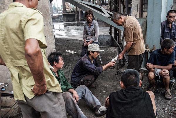 一大帮工友卸了半天几百吨货,每人能分到几十块钱。