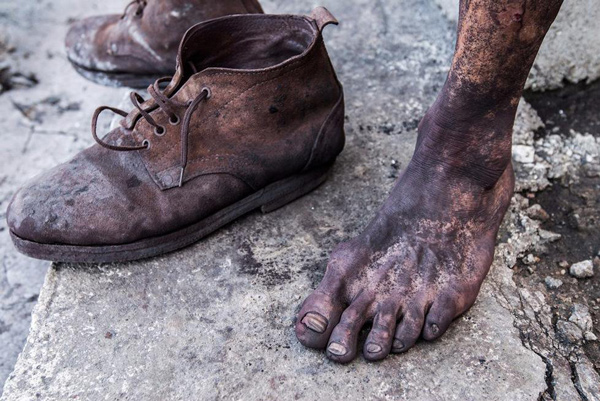 """工友的""""黑脚""""和工鞋。"""