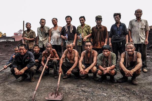 最后一幅是工友们的合影,再次去找他们的时候,有几个人已经去世了。