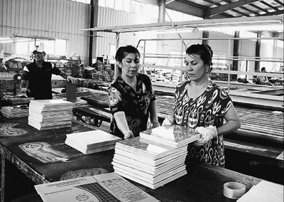 鹏盛工业园里的瓷砖流水线建成后,质优价廉的瓷砖占据了乌市场的七八成份额。图为乌方员工正在瓷砖厂工作。