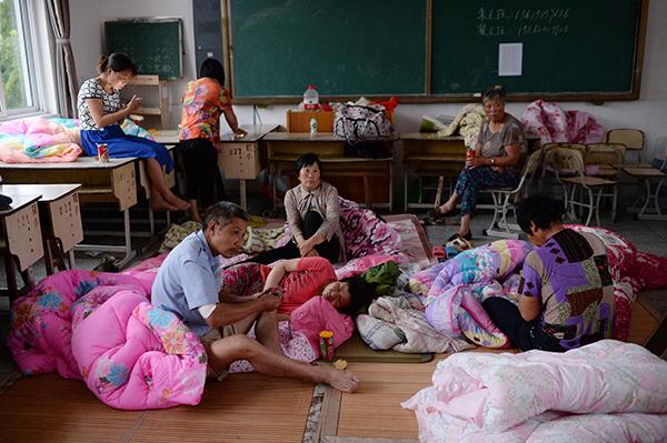 被安置在学校的灾民。