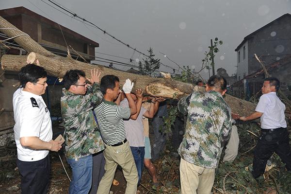 救援工作有序开展,众人合力清障。