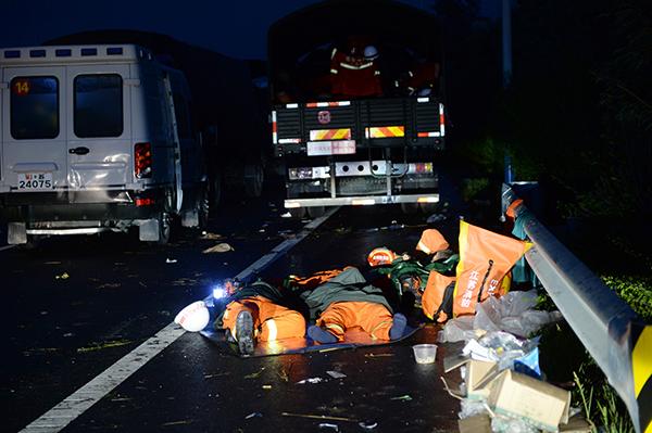 救援工作人员在路边休息。