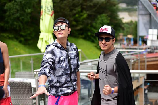贾乃亮和欧弟摆pose