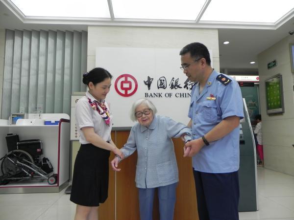 6月21日,杨采文在外甥女的伴随下,到银即将20万汇到了绍兴市委安排部的账户。