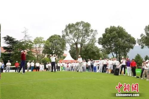 21日,中国美巡赛· 苏宁置业南京钟山公开赛新闻发布会在索菲特钟山高尔夫酒店的钟山厅隆重举行。中国美巡赛是目前中国唯一拥有世界积分的男子职业高尔夫巡回赛,巡回赛年度奖金榜前五名球员将直接晋级美巡韦伯网巡回赛。