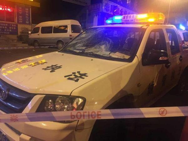 6月24日晚,西安市雁塔区城管与商贩冲突现场。陕视新闻 图