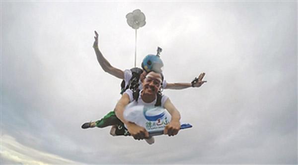 陈行甲从3000米高空跳伞为巴东县旅游代言。