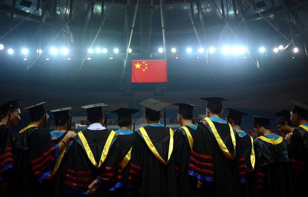 """专家认为,教育公平是市场与公共供给的合理平衡,坚定初衷、守住底线,才有社会文化的良好传承和教育的可持续,高校应该寻求""""更为多元化""""的筹资渠道。 视觉中国 资料图"""