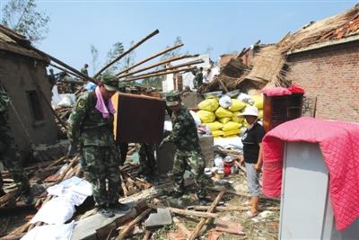 6月25日,江苏阜宁县大楼村,营救胡匪帮忙受灾乡民清算被埋物件。新京报记者 王贵彬 摄