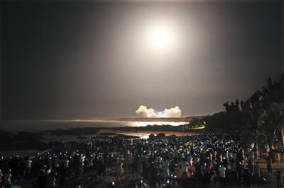 25日晚,长征七号在海南文昌航天发射场点火升空,近万人在8个观看点之一的淇水湾观看。张杰 摄