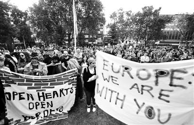 """当地时间6月24日,英国公投结果公布后,""""留欧派""""人士在议会大厦前示威游行,抗议英国脱离欧盟 供图/IC"""