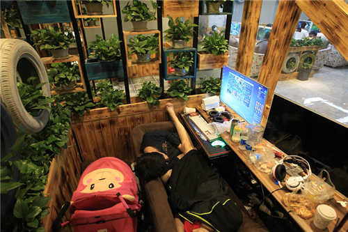 <b>夫妻打工租不起房 带着婴儿在网吧吃住半个月</b>