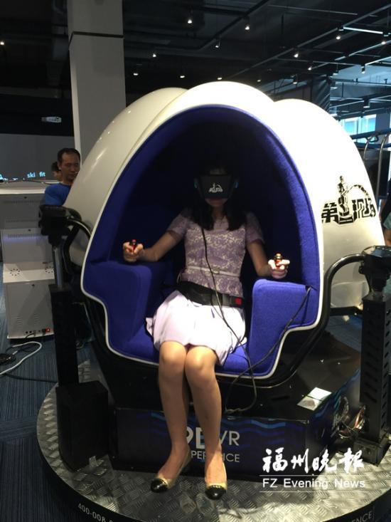福州晚报6月26日讯(记者 王威 文/摄)昨日,中国·福建VR体验中心首次举行开放日活动,1000多名市民前来参观,使用、体验、观摩最新、最高端的设备和产品。