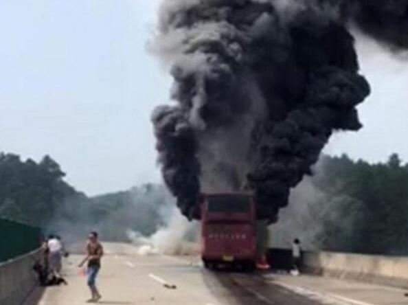 6月26日,湖南宜凤高速交通事故夺去了35条鲜活的生命。 中新网 图