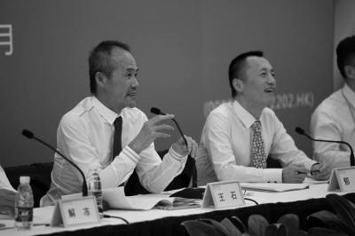 王石和郁亮在股东大会现场。万科供图