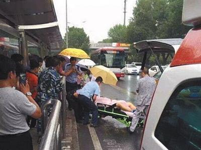 医务职员和差人将被袭者奉上救助车。本组图像/目睹者供图