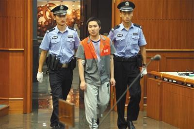 昨天上午,强奸幼女的杨某被带进法庭听候对自己的终审判决。通讯员 李佳 摄