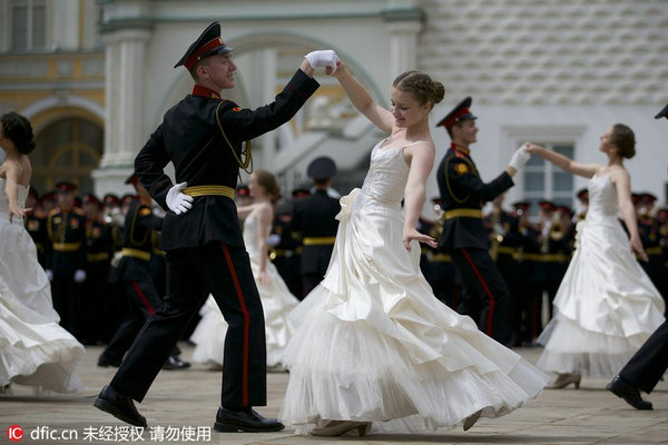 俄军校学员毕业典礼跳华尔兹 与美女亲密合影图片
