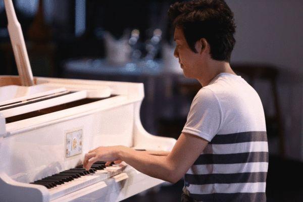 李云迪弹钢琴图片
