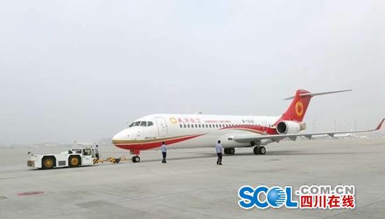 国产喷气式干线客机ARJ21首航 2个多小时成都飞抵上海