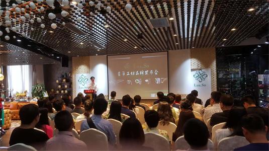 6月25日,Lux.So翡翠工坊在时尚经济之都——上海意大利中心召开了品牌发布会。这不仅是一场大咖云集——云圈联盟、同筹网、牛犊网、理想国之旅等创始人出席的品牌发布会,这还是一场充满幸运的传递。Lux.So与全媒体的初次见面,这更是一趟爱心旅程。