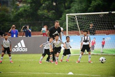 大卫·贝克汉姆指导学生踢球-贝克汉姆现身阿迪达斯广州校园足球活