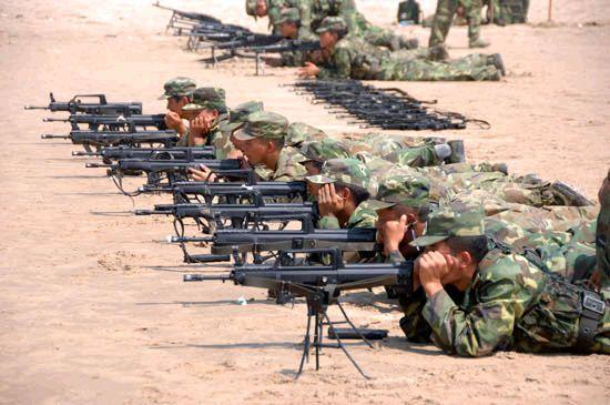 资料图:解放军士兵进行95式步枪射击瞄准训练。