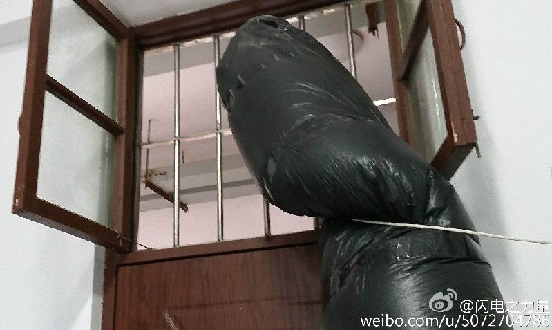 也有网友表明同情,倡议他换一个睡房。。