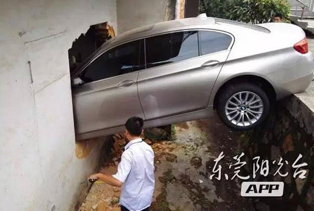 1/56月28日下午2时许,东莞市人民医院谢岗园区门口发生了一起把油门当刹车,导致车子失控撞进旁边仓库室的交通事故。庆幸的是,这起事故没有造成人员伤亡。